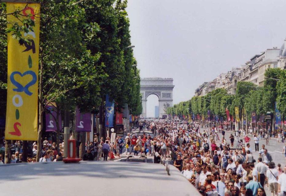 Anonyme, L'avenue des Champs Elysées lors de l'événement Train Capitale, 1er juin 2003, Collection Cité du Train