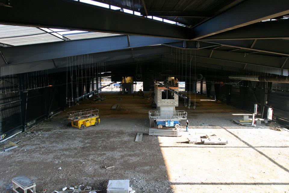 """Anonyme, Travaux de construction du nouveau bâtiment """"Parcours Spectacle"""" à la Cité du Train, photographie, 20 février 2004, Collection Cité du Train"""