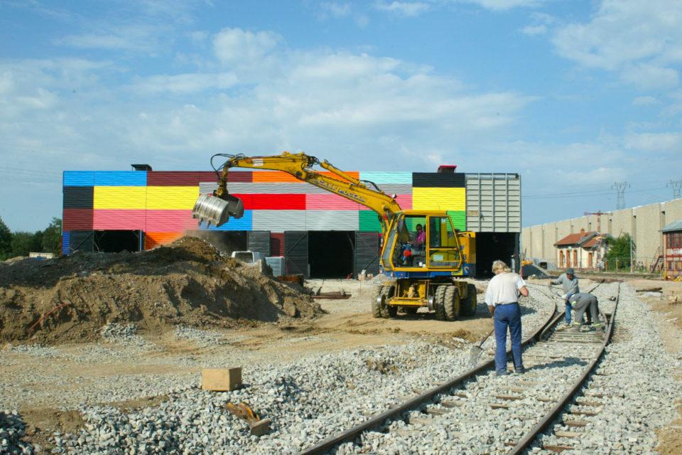 """Anonyme, Travaux de construction du nouveau bâtiment """"Parcours Spectacle"""" à la Cité du Train, photographie, 2 novembre 2004, Collection Cité du Train"""